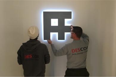 DESCOR Montage Logoschriftzug